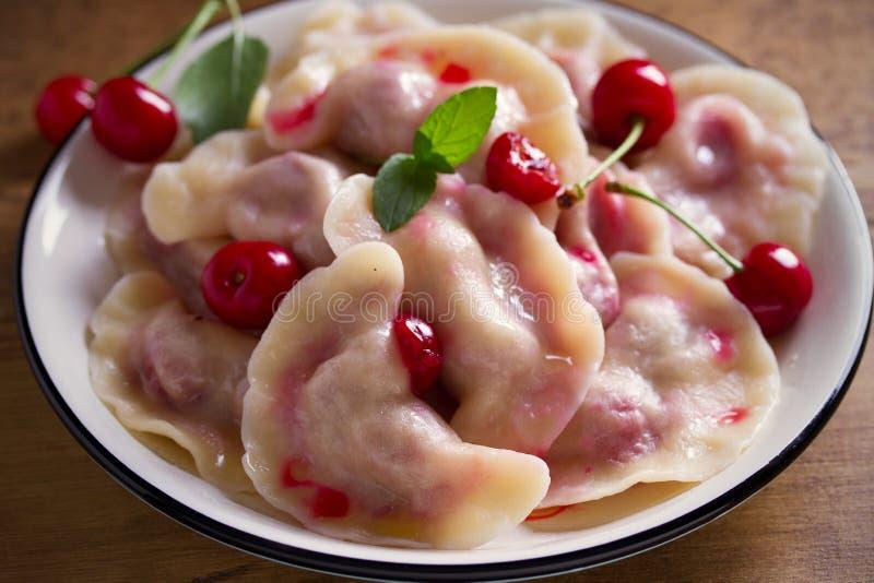 饺子,充满草莓 Pierogi,varenyky,vareniki,pyrohy -与装填,名菜的饺子在许多国家 免版税库存照片