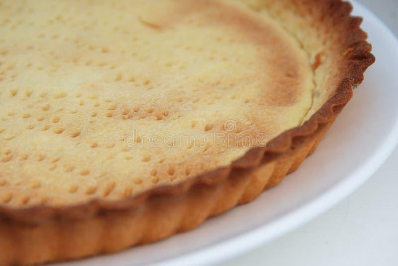 饼基地以在白色背景关闭的一种饼黑色金属形式 准备饼Processe 免版税库存照片