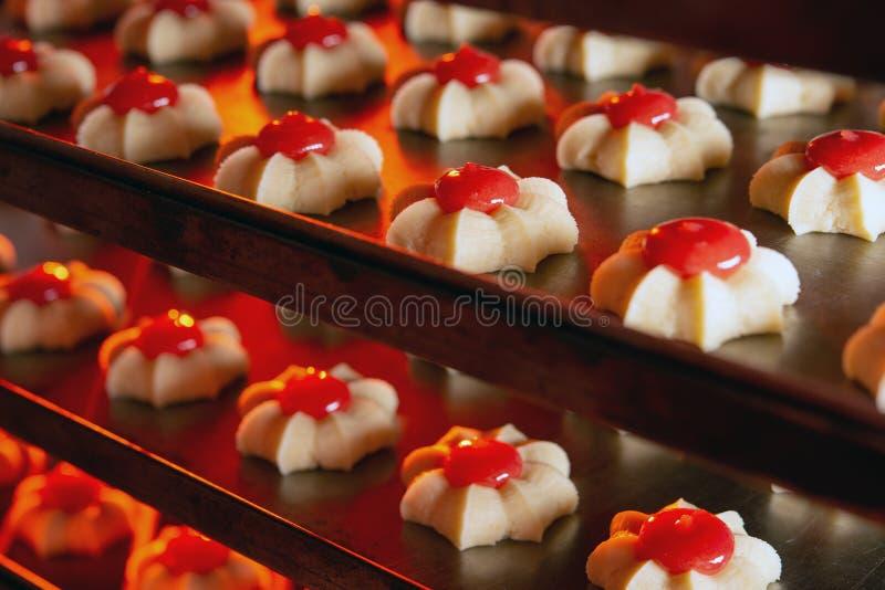 饼干工厂烘焙新鲜烤饼干 库存照片