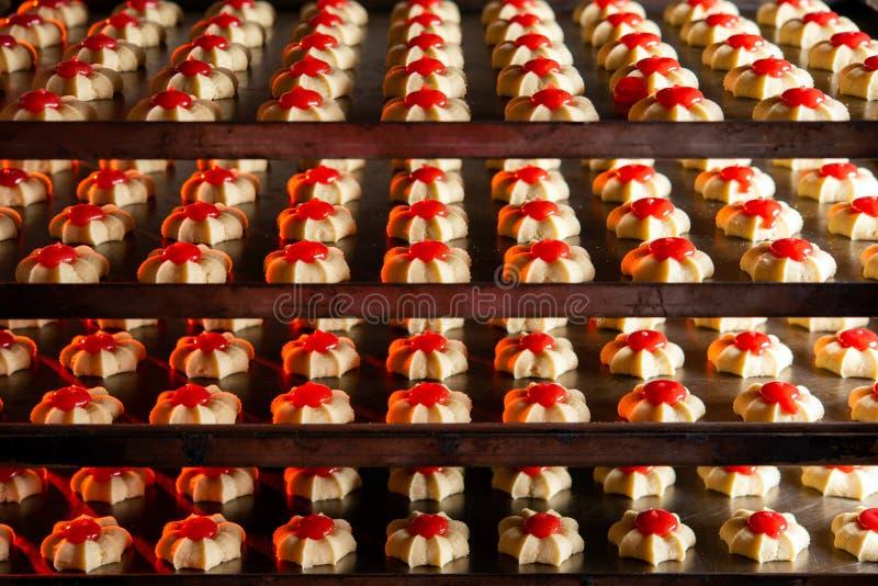 饼干工厂烘焙新鲜烤饼干 免版税库存图片