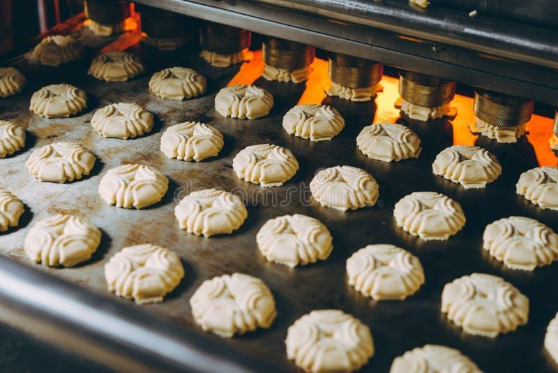 饼干工厂烘焙新鲜烤饼干 免版税图库摄影