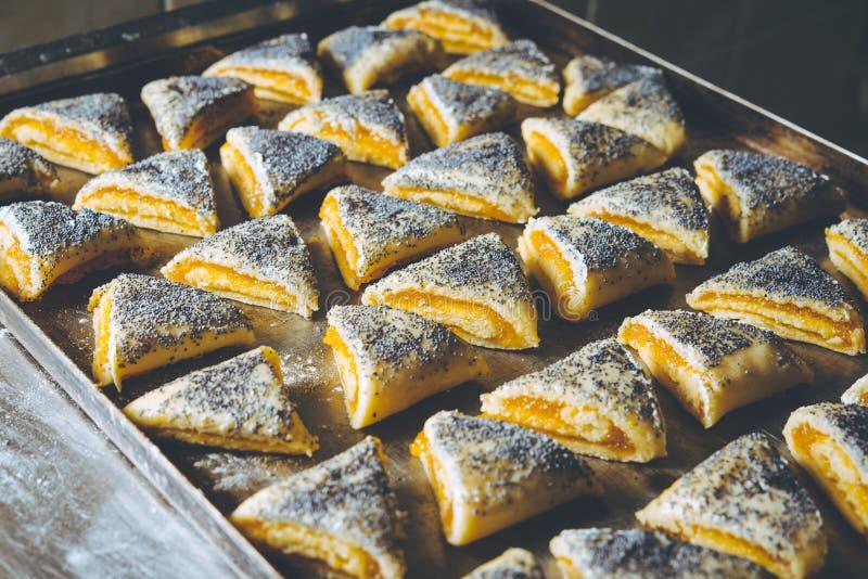 饼干工厂烘焙新鲜烤饼干 免版税库存照片