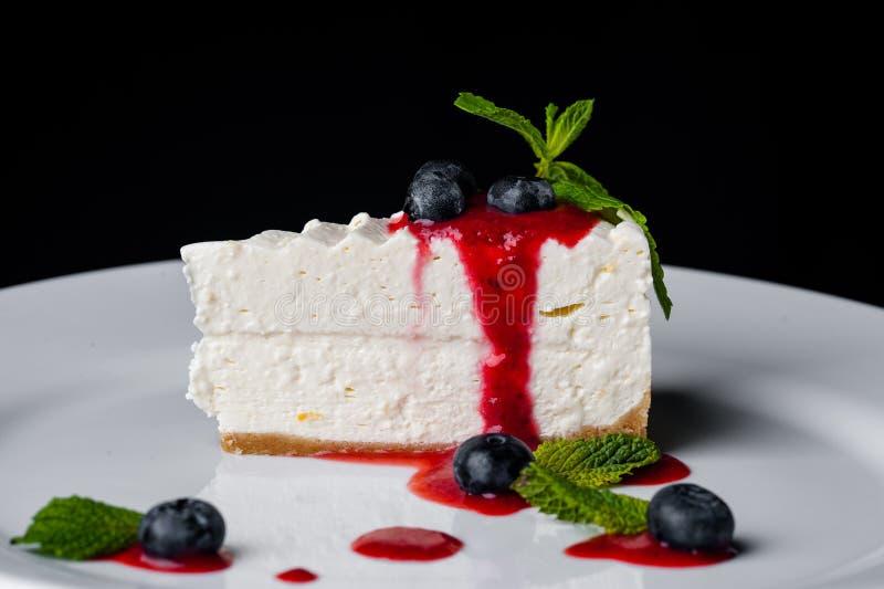 饼干白蛋糕用薄菏和蓝莓用草莓酱 库存图片