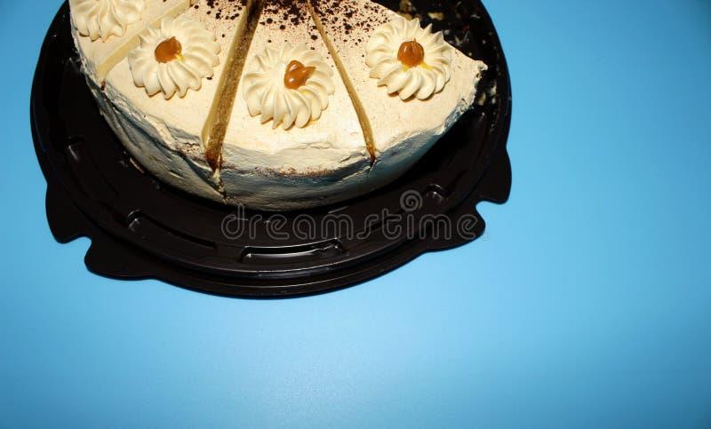 饼干蛋糕三个片断在蓝色背景的 库存照片