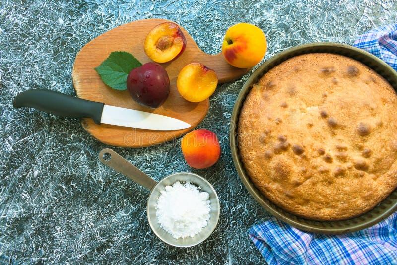 饼干蛋糕用桃子和李子 烹调dissert 库存图片