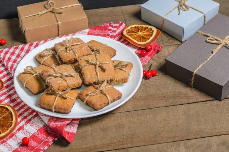 饼干;牛奶和礼物在一块红色餐巾在圣诞节装饰与自由空间 免版税库存照片