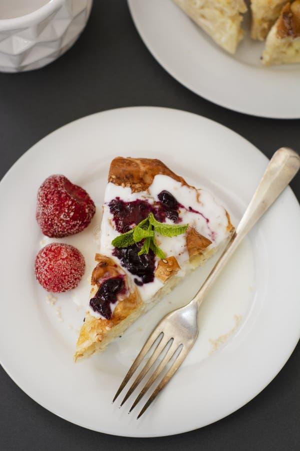 饼用乳酪用果子 Hoemmade酸奶干酪饼、酥皮点心或者面包店概念 免版税库存图片