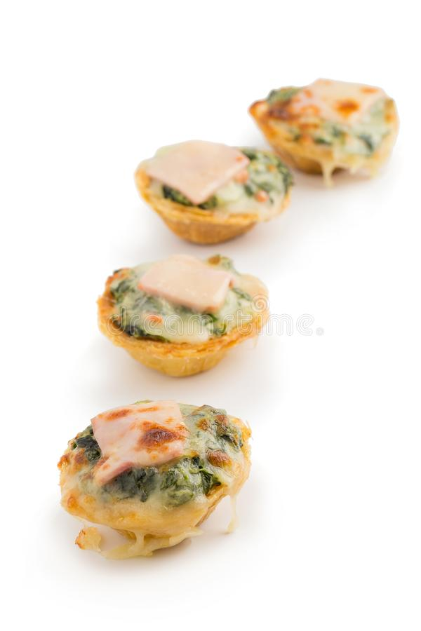 饼用在白色背景和鸡蛋隔绝的菠菜、乳酪 免版税图库摄影