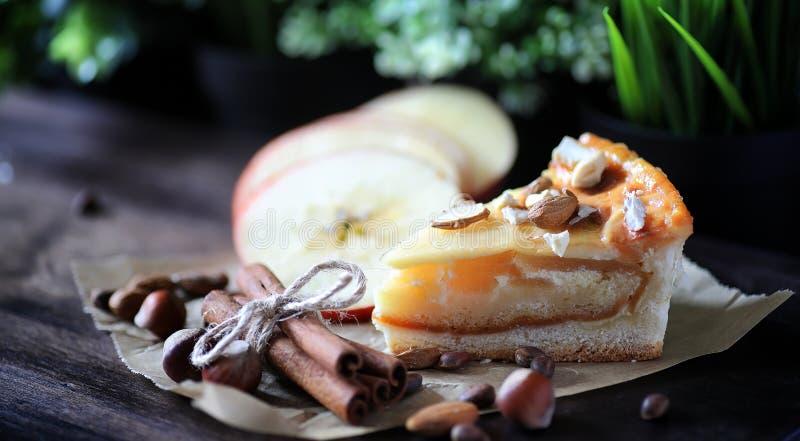 饼用桂香和苹果在一张木桌上 新酥皮点心机智 库存图片