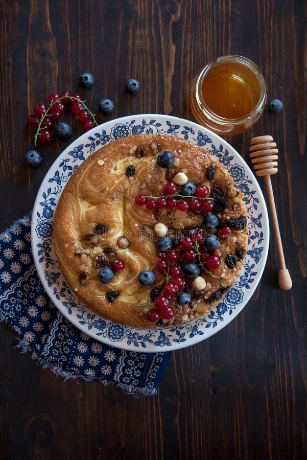 饼用莓果和蜂蜜 免版税库存图片