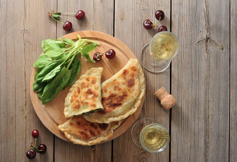 饼用菠菜和樱桃、香槟玻璃和香槟 库存图片