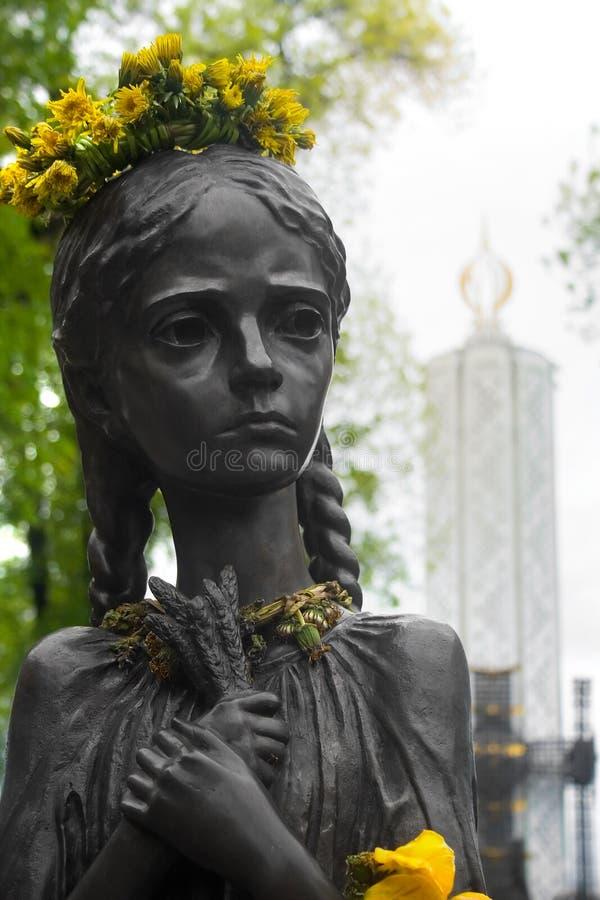 饿的女孩雕象 以纪念饥荒的受害者的纪念品在乌克兰 免版税库存照片