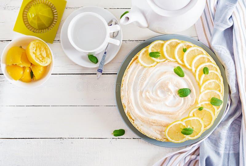 馅饼用柠檬酱和蛋白甜饼 柠檬饼 库存照片