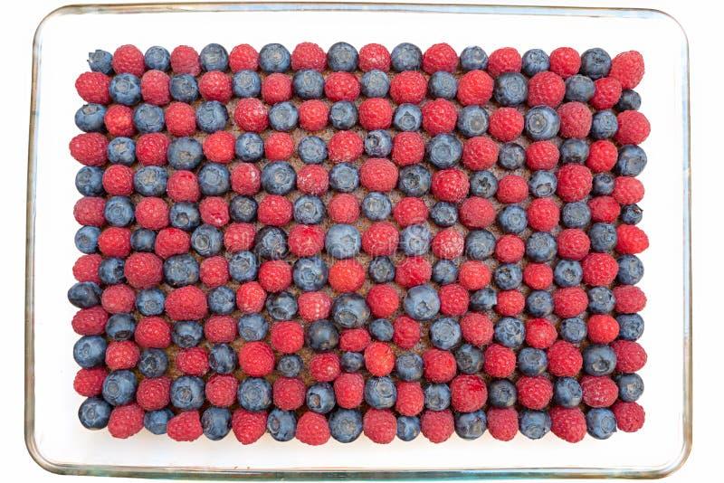 馅饼用蓝莓和莓,在a的棋盘样式 免版税库存图片