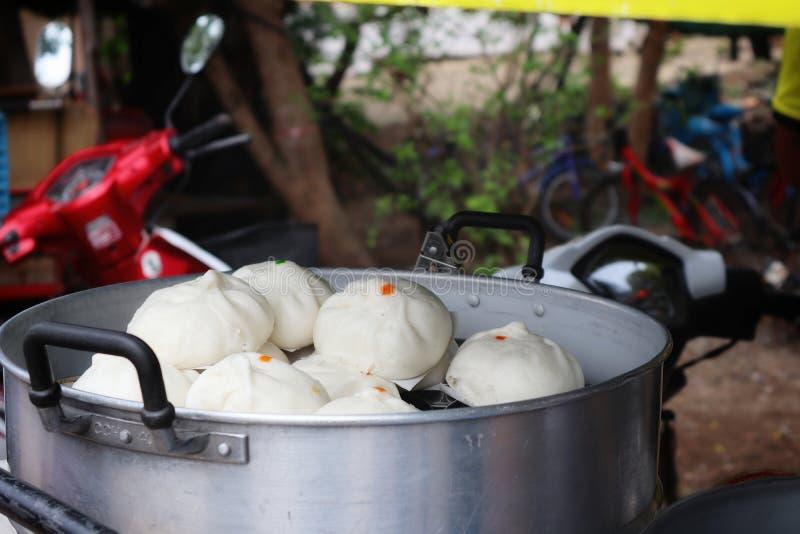 馒头是通过通入蒸汽的过程中国菜做由小麦面粉和酵母和被带来一 免版税图库摄影