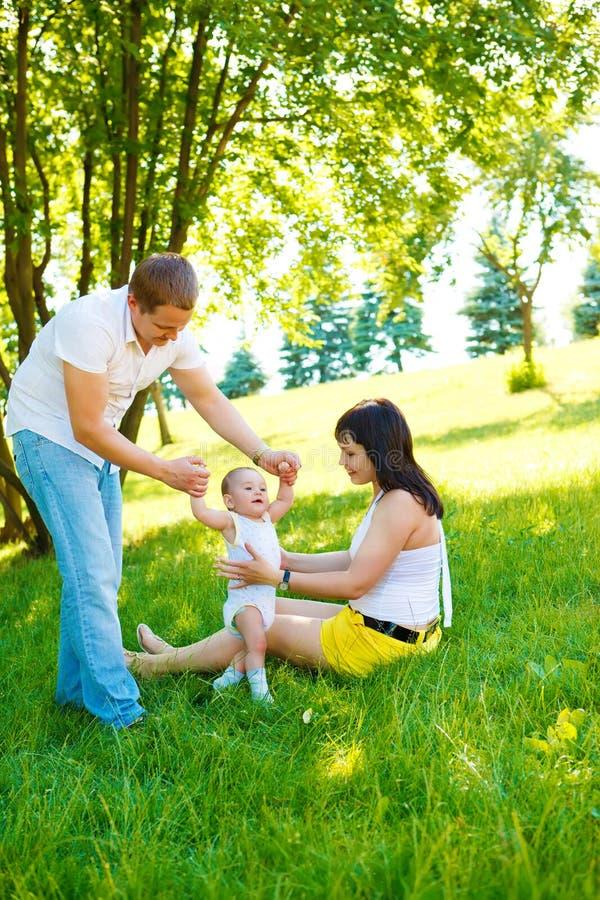 首先做步骤的婴孩 库存图片