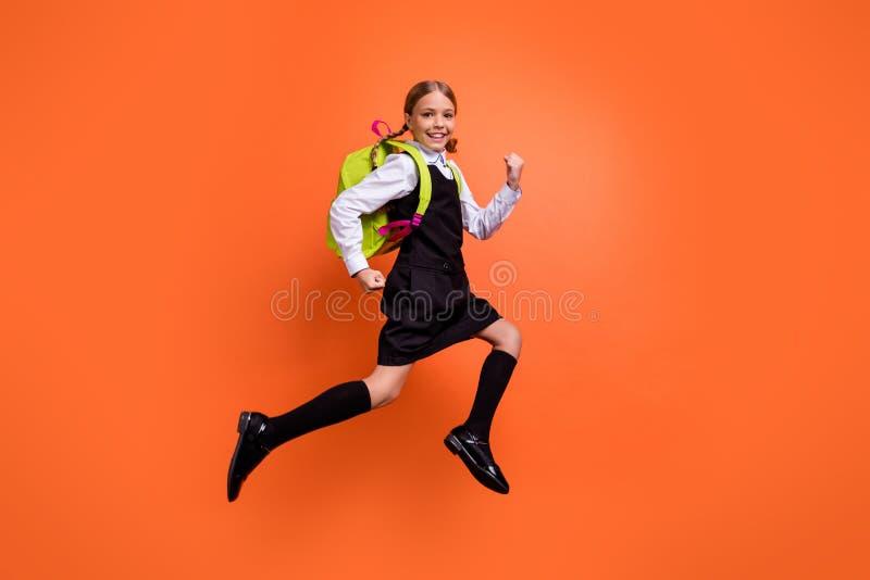 首先快速地跑全长身体尺寸观点的好可爱的可爱的快乐的爽快高兴的努力青春期前的女孩的书呆子 库存照片