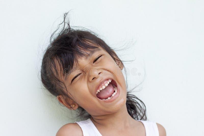 首先显示固齿的女孩微笑 库存图片