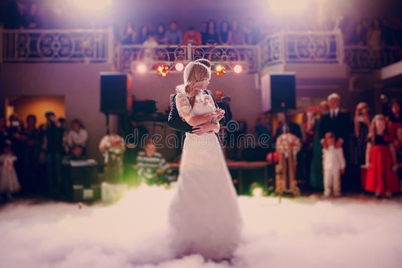首先舞蹈新娘在餐馆 免版税库存图片