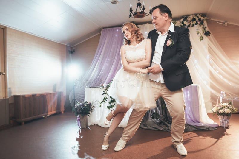 首先跳舞在背景餐馆的新娘和新郎 库存图片
