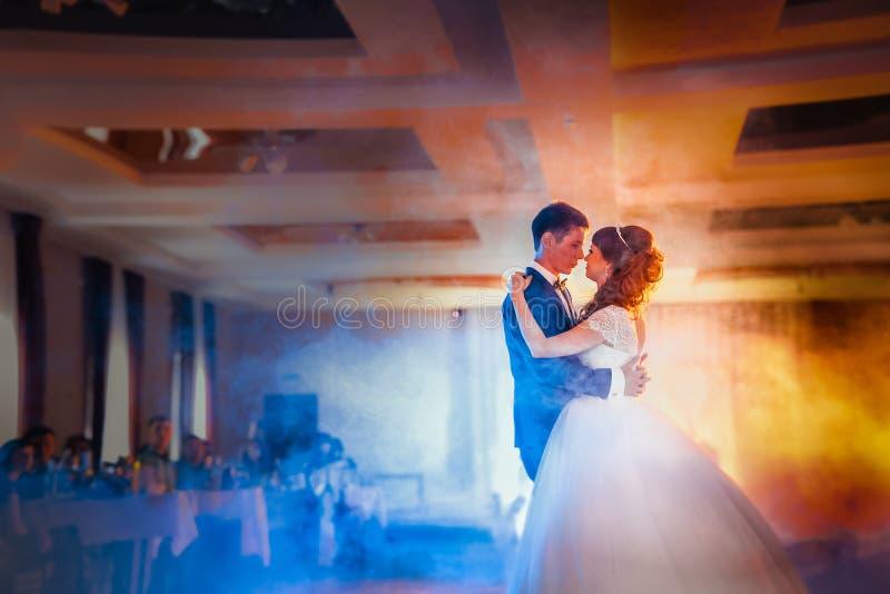首先跳舞新娘和新郎在烟 库存图片