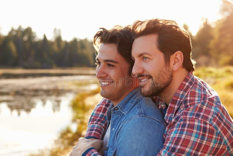首肩被射击浪漫男性快乐夫妇 免版税库存照片