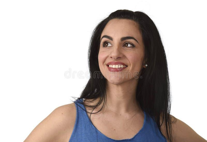 首肩画象年轻美好西班牙妇女微笑愉快和轻松 库存照片