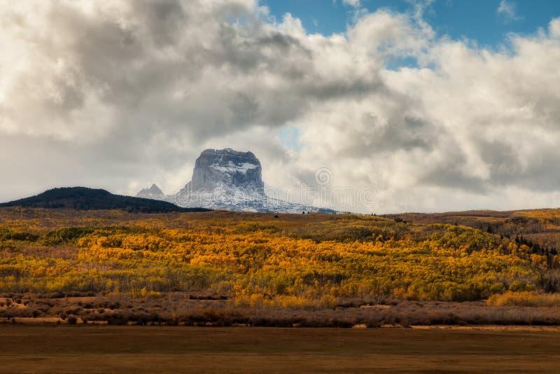 首要山在秋天在冰川国家公园,蒙大拿,美国 库存照片