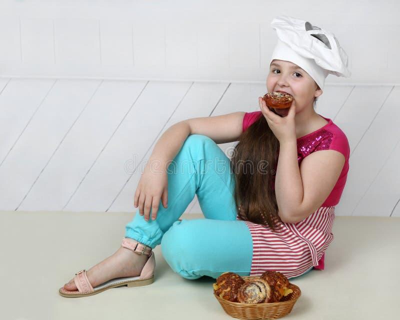 首要帽子的肥满小女孩 免版税库存照片