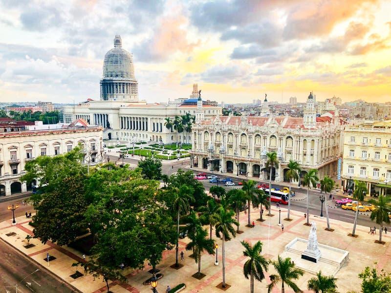 首都大厦和花园大概顶视图日落的在老哈瓦那 古巴 库存图片