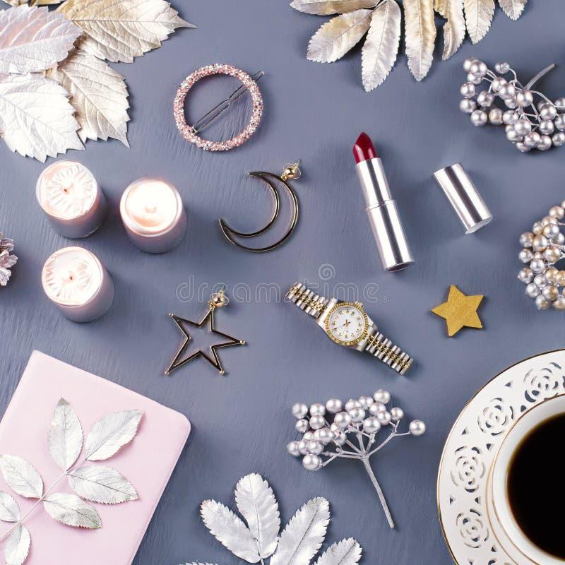 首饰和化妆用品与圣诞节装饰和装饰品 秀丽博克,冬天概念 顶视图 免版税图库摄影