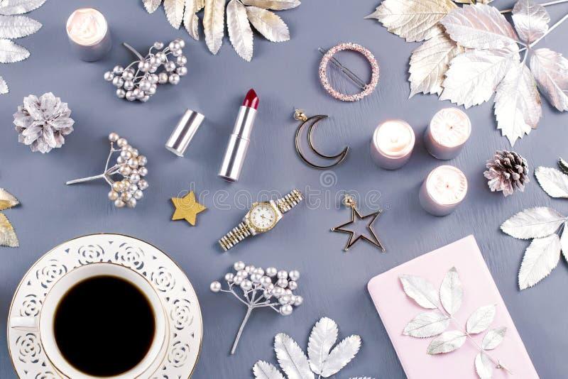 首饰和化妆用品与圣诞节装饰和装饰品 秀丽博克,冬天概念 顶视图 免版税库存图片