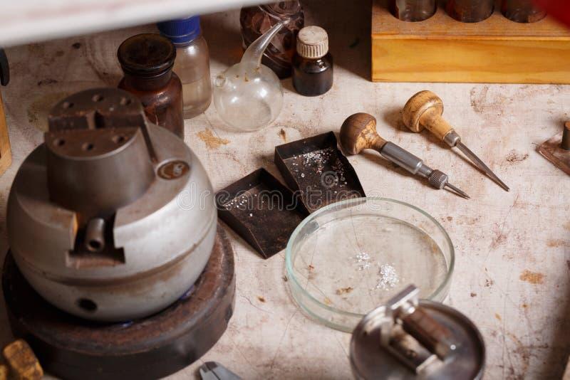 首饰在桌背景的生产设备特写镜头  冶金匠行业 减速火箭的珠宝商集合 免版税库存照片