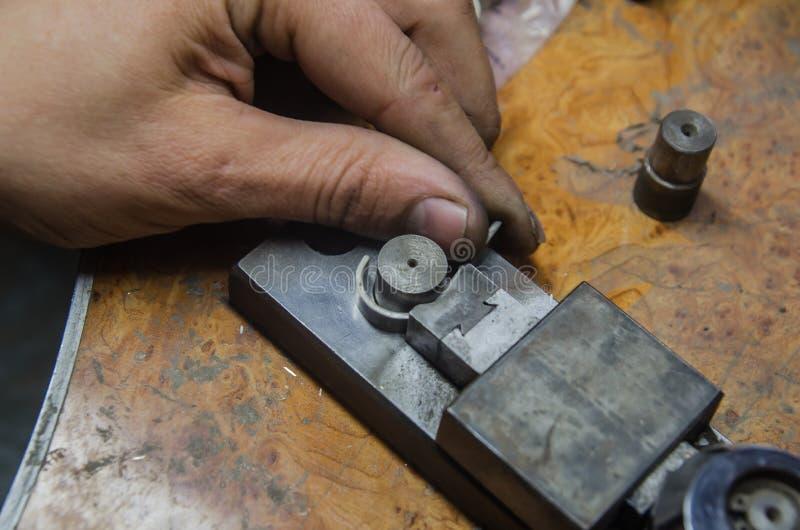 首饰工厂和设计 结婚戒指的首饰生产 库存图片