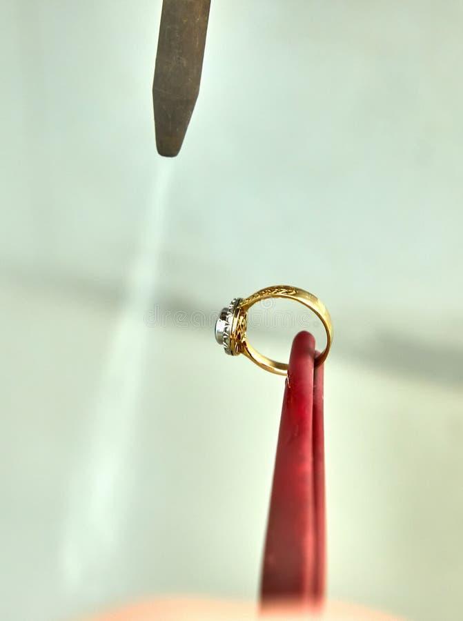 首饰生产 与蒸汽的清洗的圆环 免版税库存照片