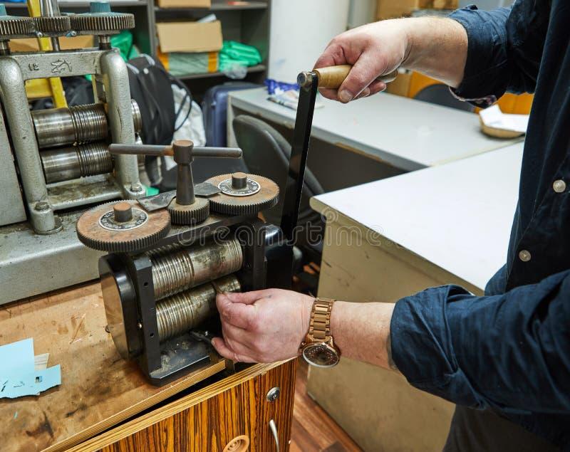 首饰生产 回收原料 在金属轧制机器的首饰工艺 库存图片