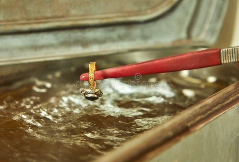 首饰生产 首饰生产 洗涤物的过程 库存照片