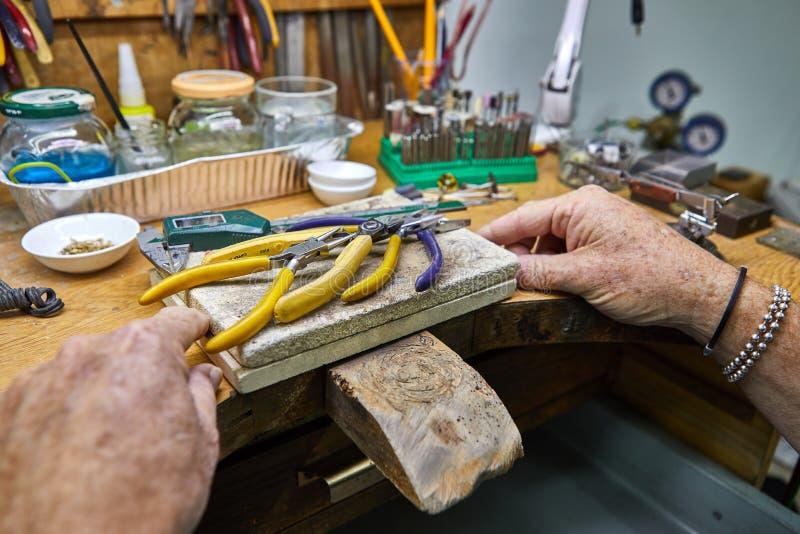 首饰生产 首饰手工制造由老练的冶金匠 免版税库存图片