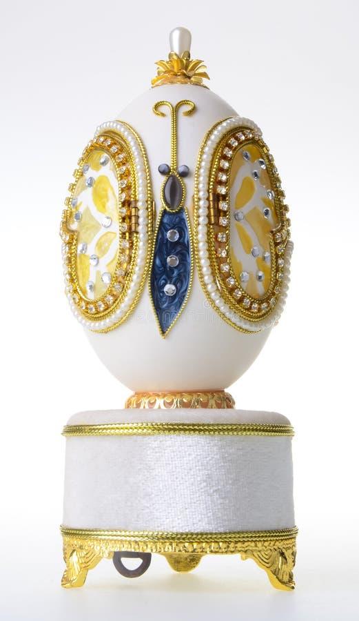首饰的(费伯奇鸡蛋)装饰复活节彩蛋在背景 免版税库存照片