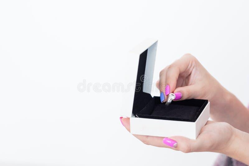 首饰礼物豪华礼物奖励妇女箱子圆环 免版税库存照片