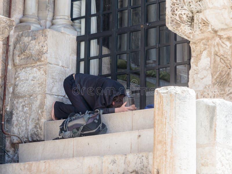 香客在圣墓教堂的步祈祷在老城耶路撒冷,以色列 免版税库存照片