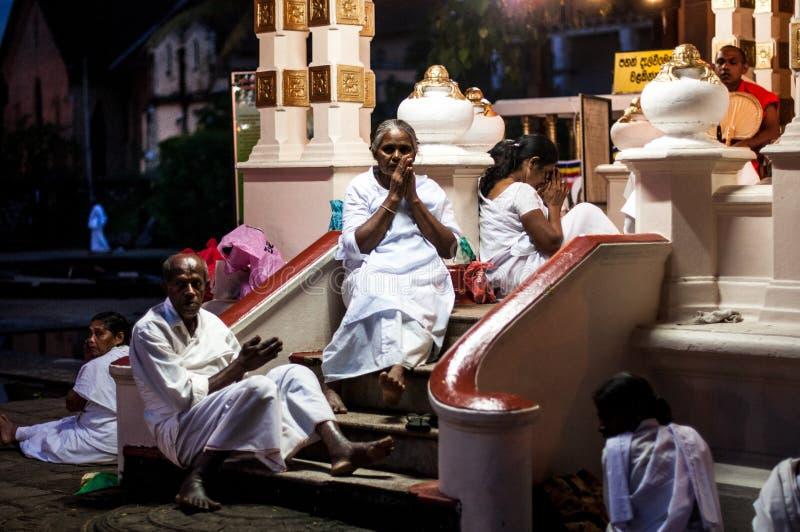 香客在神圣的牙遗物的寺庙祈祷 免版税图库摄影