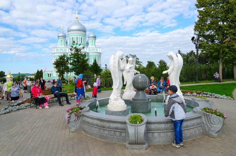 香客是在著名三位一体六翼天使Diveevo女修道院, Diveevo,俄罗斯疆土  库存照片