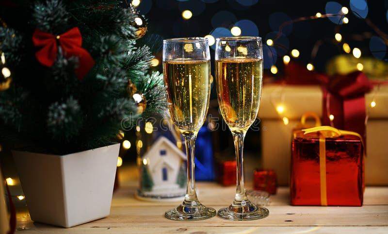 香宾两块玻璃在圣诞树旁边的 免版税库存照片