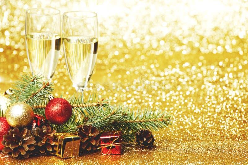 香宾和新年装饰 免版税库存图片