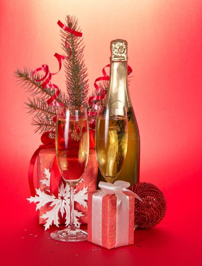 香宾瓶,玻璃,礼物,冷杉木分支 库存图片