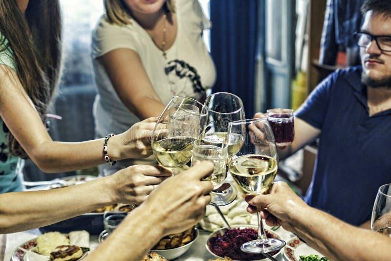 香宾,酒,庆祝,使叮当响的玻璃,酒精,敬酒,家庭党,事件 库存图片