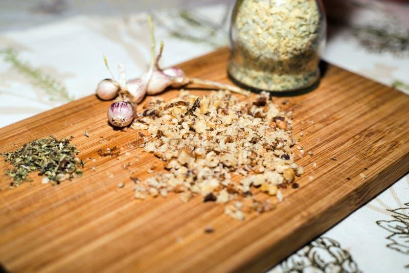 香料和切好的核桃在木板 免版税库存照片
