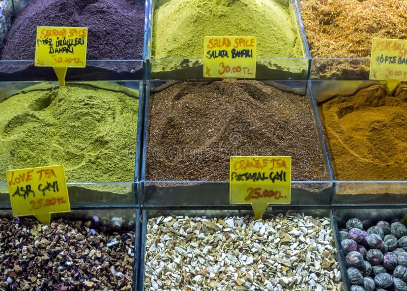 香料和茶五颜六色的品种待售在一家商店在香料义卖市场内在伊斯坦布尔在土耳其 库存照片