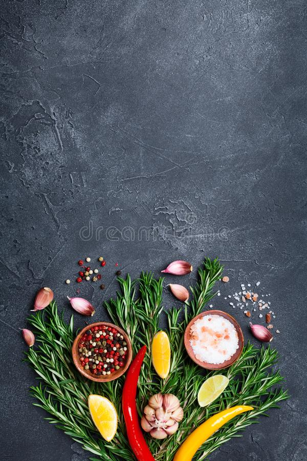 香料和草本在黑石台式视图 烹调的成份 背景许多饺子的食物非常肉 库存照片
